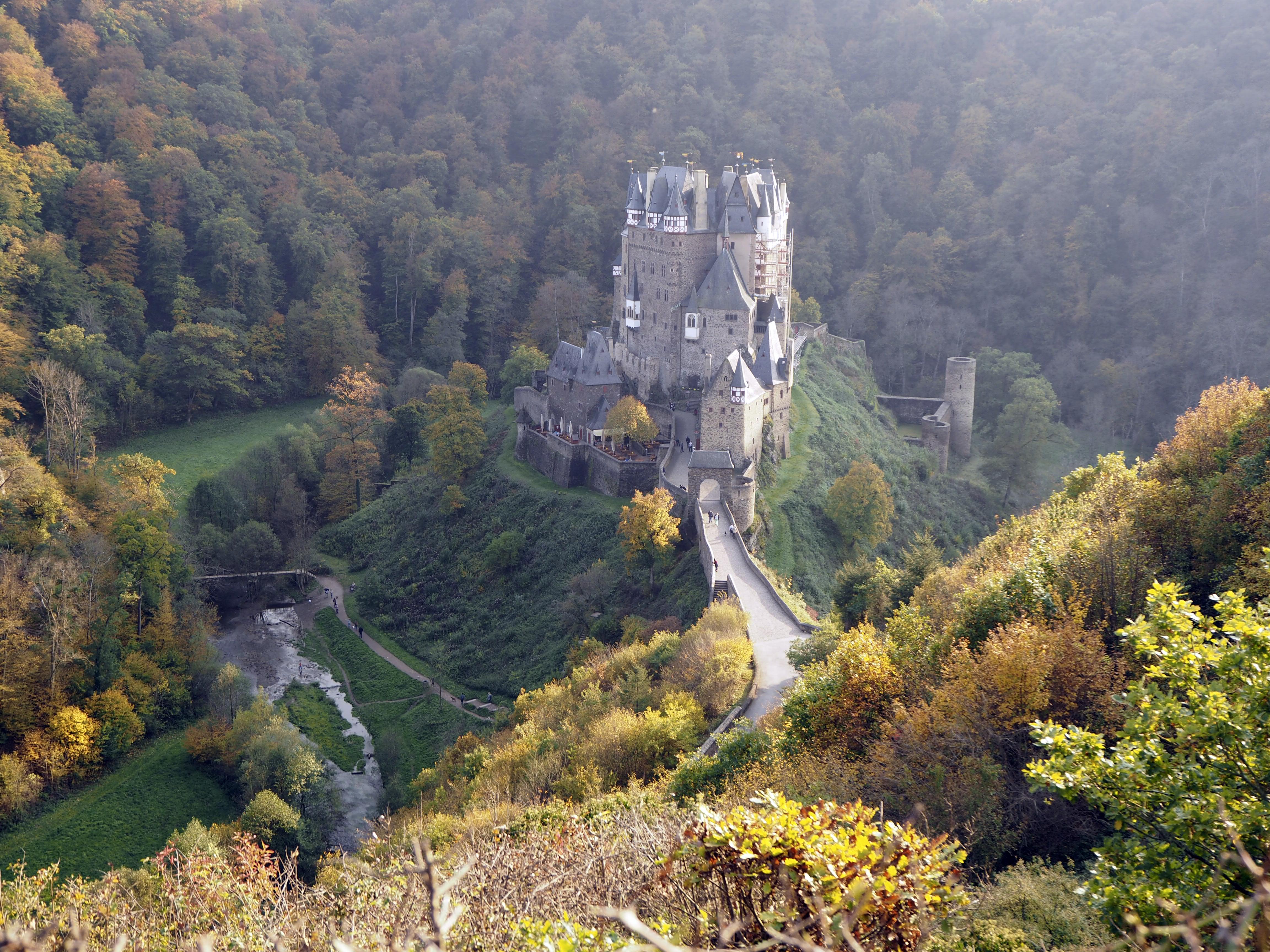 Burg Eltz on rakennettu laakson keskelle