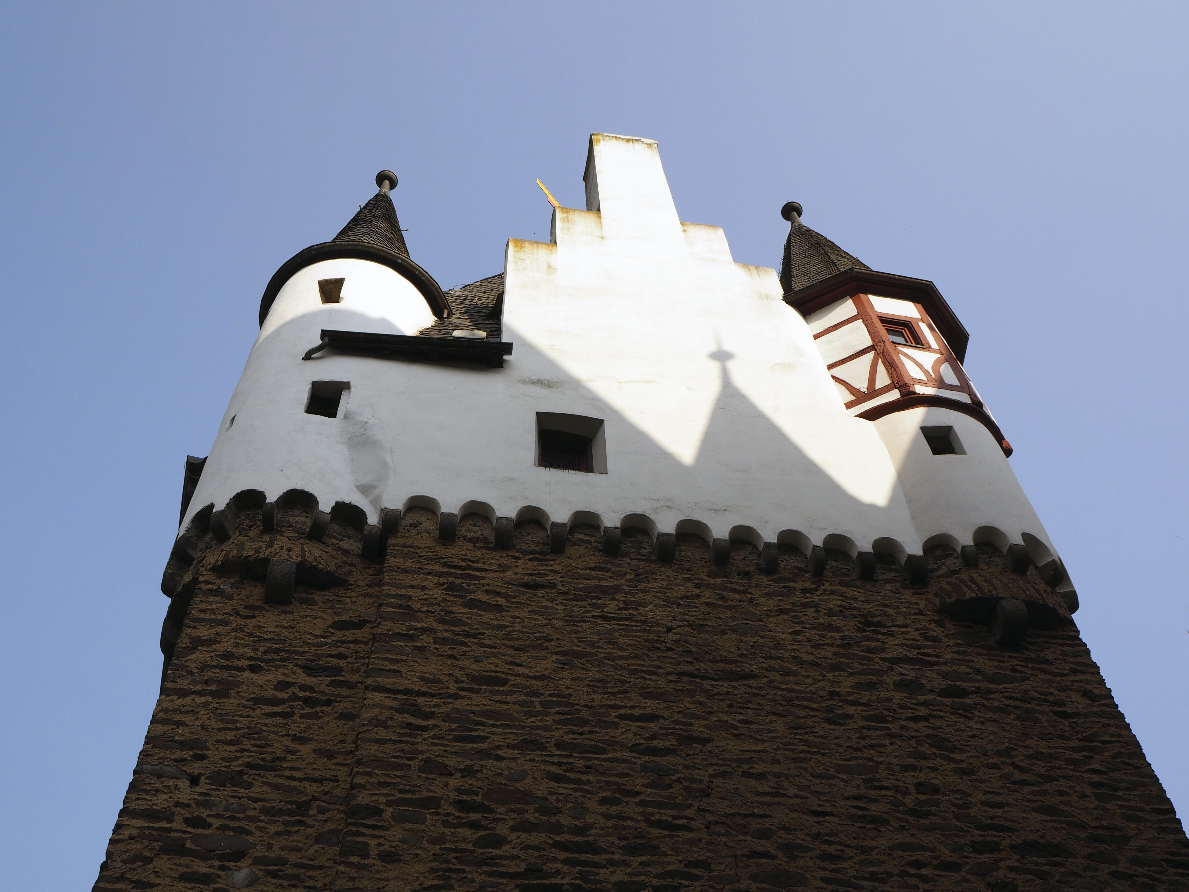 Burg Eltz - Aurinko hellii tornin seinää