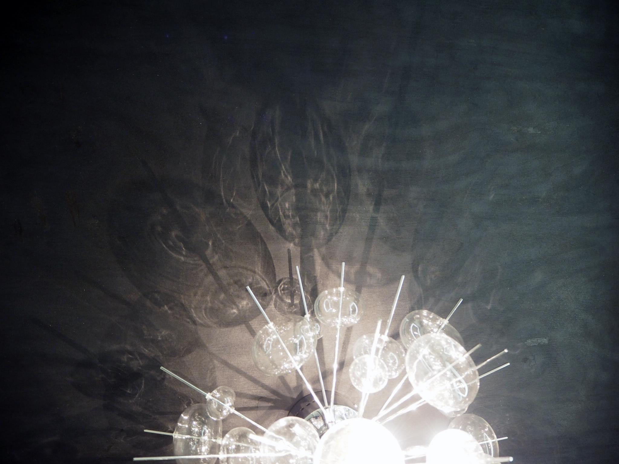 Poltettu vaneri ja valaisimen heijastukset
