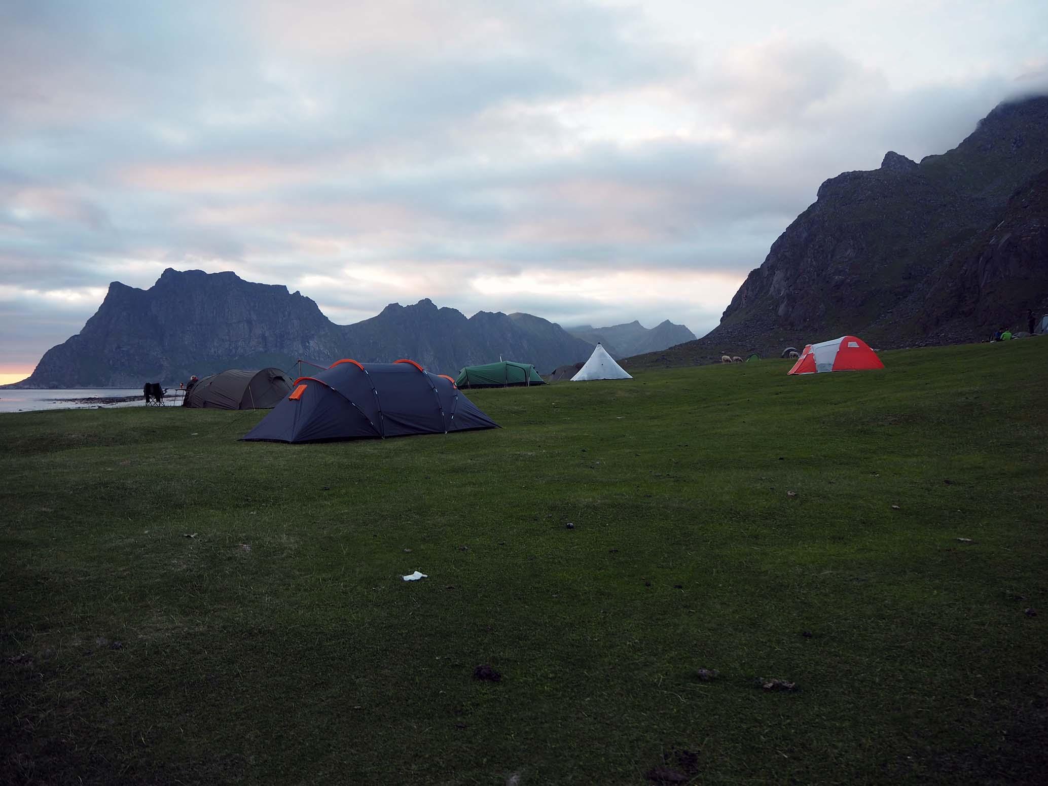 Uttakleivin rannalla telttailijoita