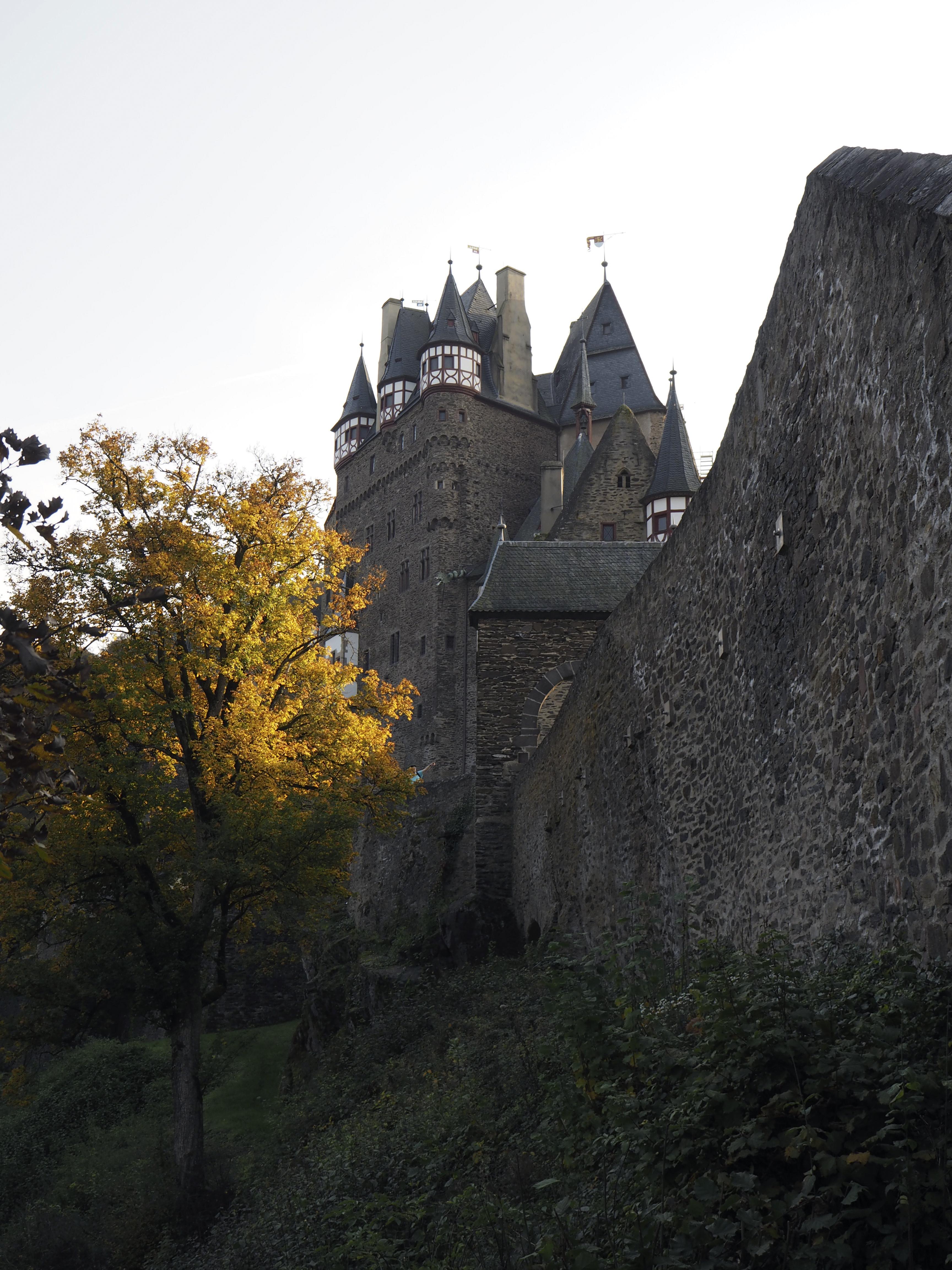 Burg Eltz - Linnalle johtavalta polulta, linnalle saavuttaessa - VAU