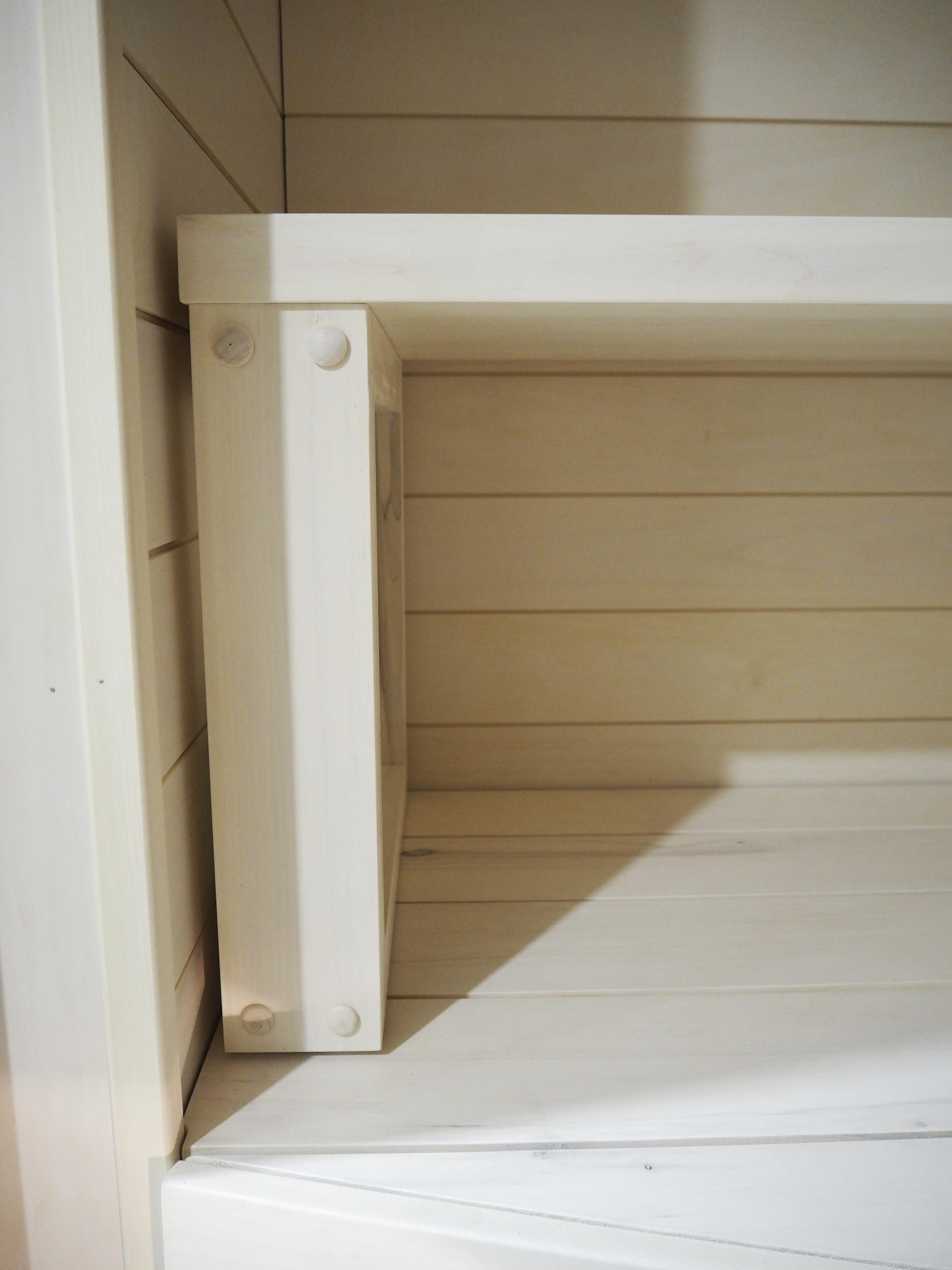 Valkoisessa saunassa on moderni ilme ja selkeät linjat