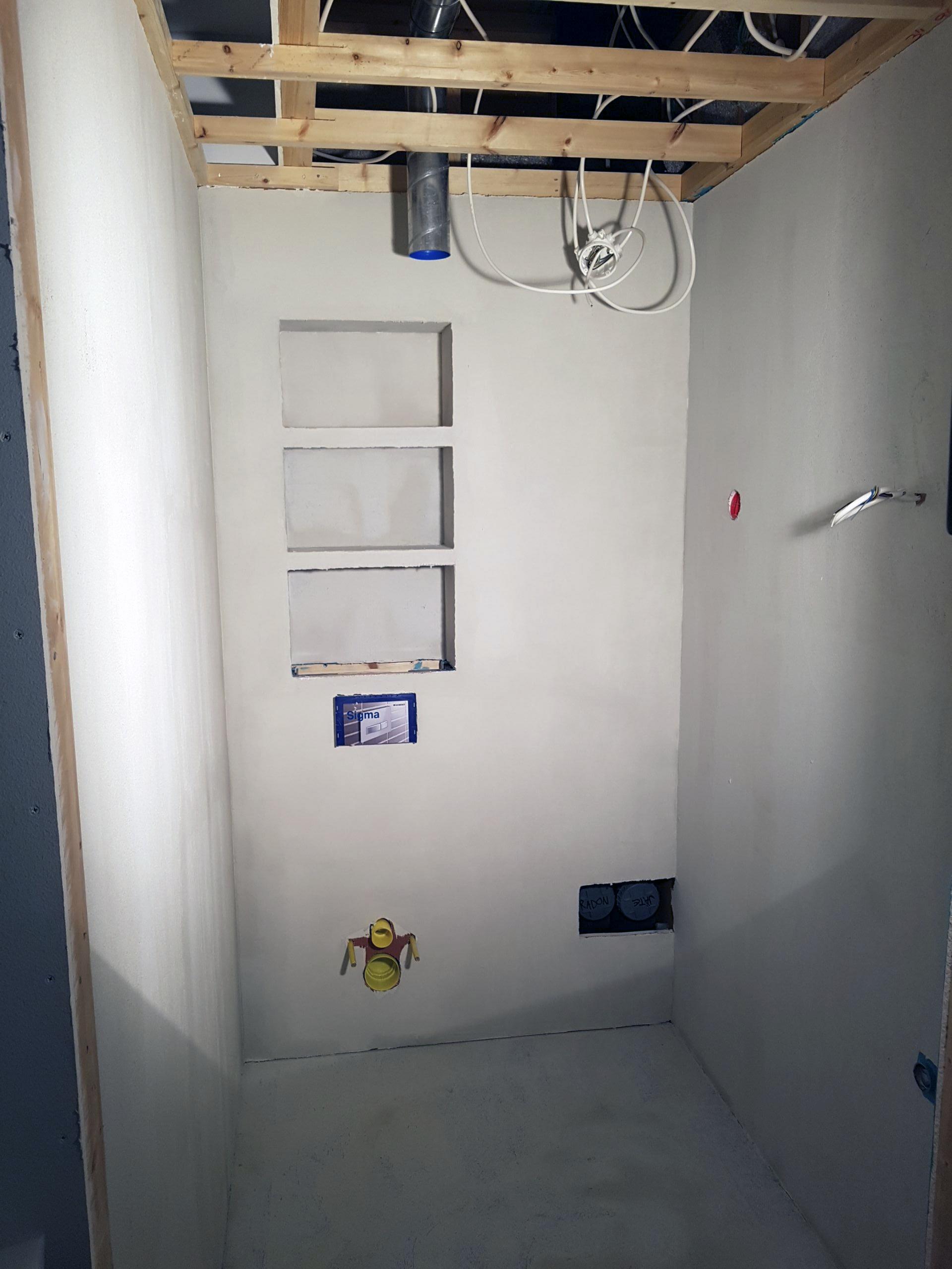 Vessa Grotesco tasoitteen jäljiltä ja kuvan oikeassa alakulmassa näkyy seinän sisässä olevat radon- ja jätevesiputket