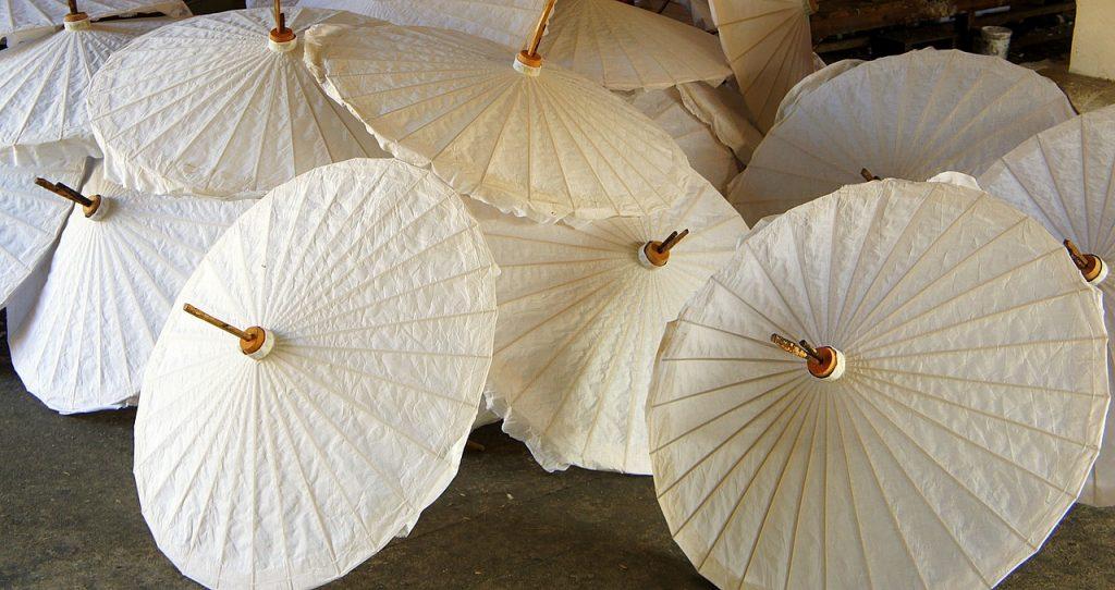 Paperisia sateenvarjoja